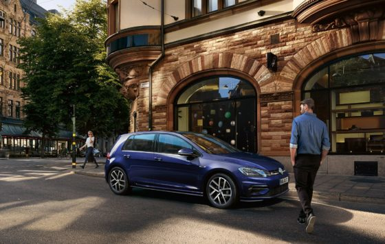 GL5275_golf-parking-on-side-of-street_16-9_f-bc