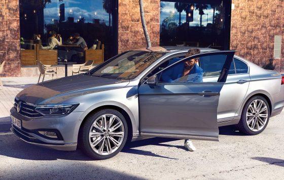 PA4293_Passat-man-getting-in-car_16-9_f-cc